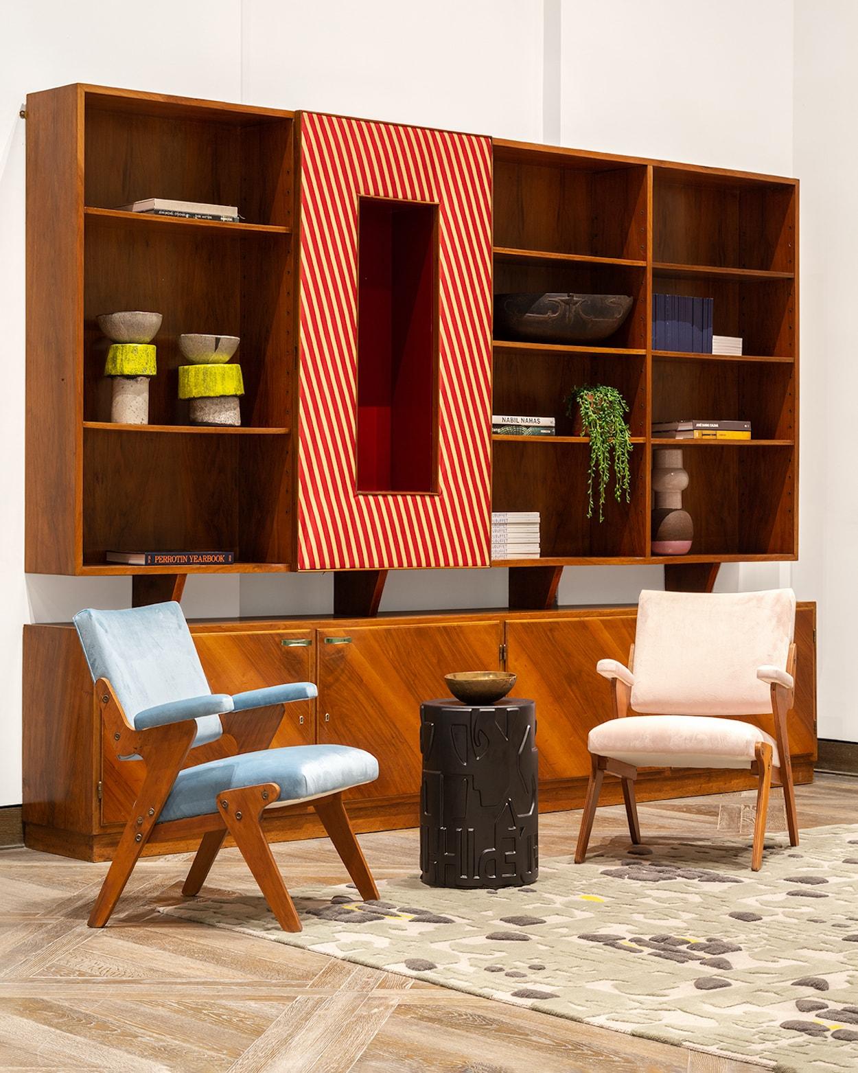 5_©_Robert_Granoff_111_W_57th_PH_20_Living_Room_Bookcase-min